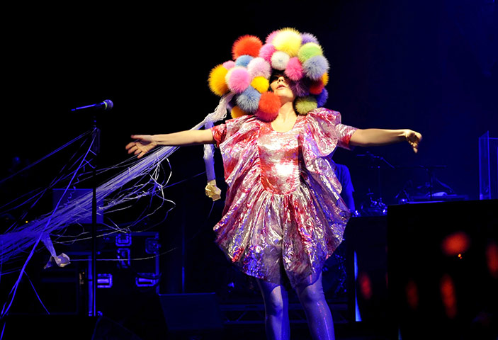Bjork-in-concert-at-Hamme-003