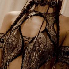 L'ultima frontiera della sensualità? I fili di strass