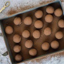 Tartufi vegani crudisti di cioccolato e mandorle