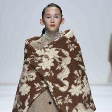 Da Alberta Ferretti a Jil Sander: le coperte del Marocco diventano cappotti
