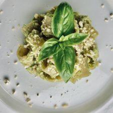 Pasta con zucchine e anacardi in abbinata a una frittata con scarti di zucchine