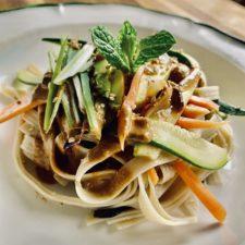 Thai noodles salad e tartare di salmone in crema di mango
